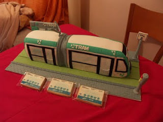 Esto no viene con el juego. Un pastel de cumpleaños para un pequeño amante de los transportes. Gentileza de www.cakemania.es