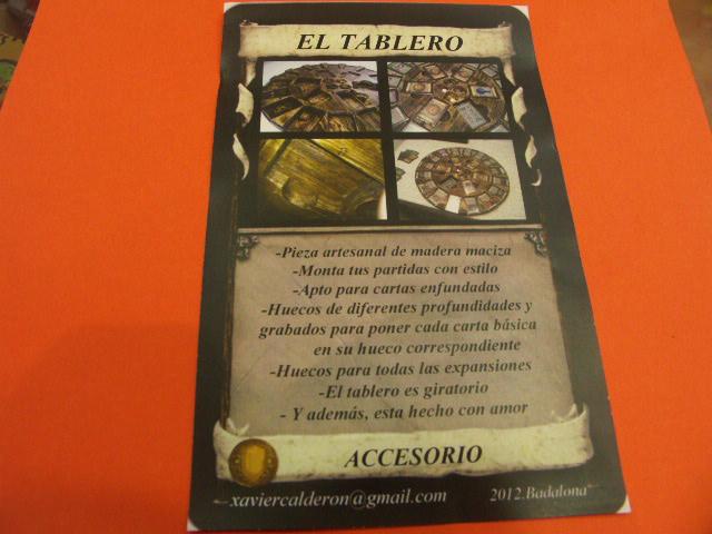 El flyer de presentación reproduce el formato de una carta del juego