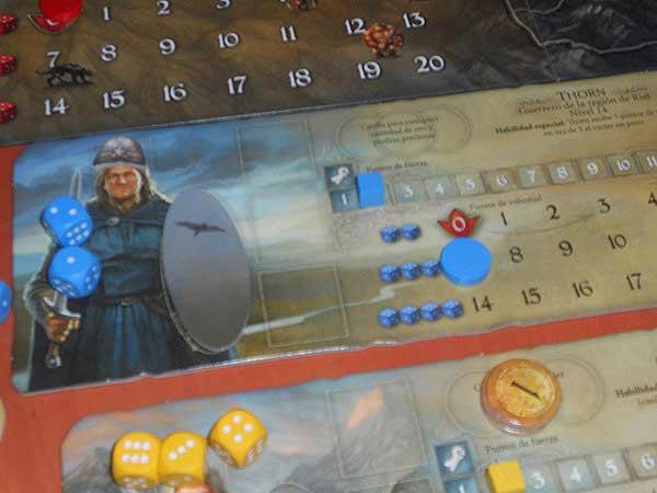 Thorn el guerrero todavía es débil, con solo 2 de fuerza. Pero ya dispone de un casco y un halcón.