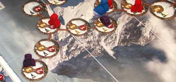 Un alpinista ha coronado el K2. Le queda un duro descenso si quiere alcanzar su tienda de campaña, montada algunos niveles más abajo de la cima.